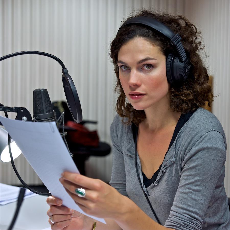 Foto: Anna Drijver, actrice, in radiostudio