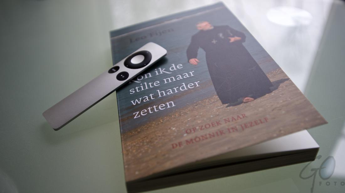 Stilte harder zetten Leo Feijen. Foto van een boek met een afstandsbediening.