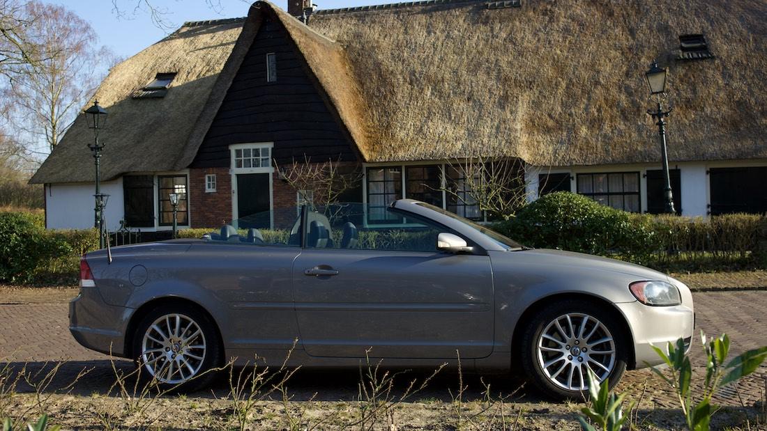 Opendakjesdag. Foto van een Volvo C70 voor een mooi huis.
