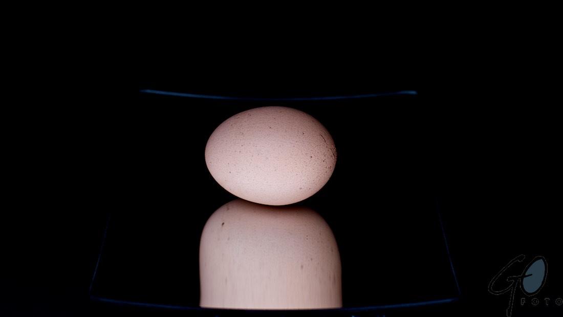 Spiegelei met Pasen. Foto van een ei op een scheerspiegel.