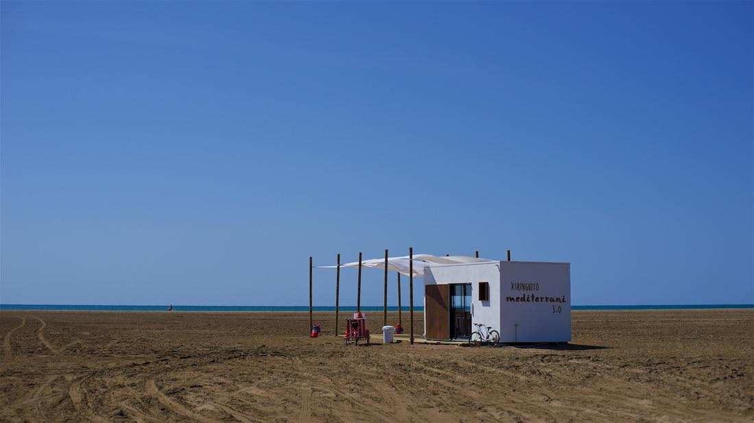 Hoofd vol leegte - Strandhuisje op leeg strand - Spaanse oostkust