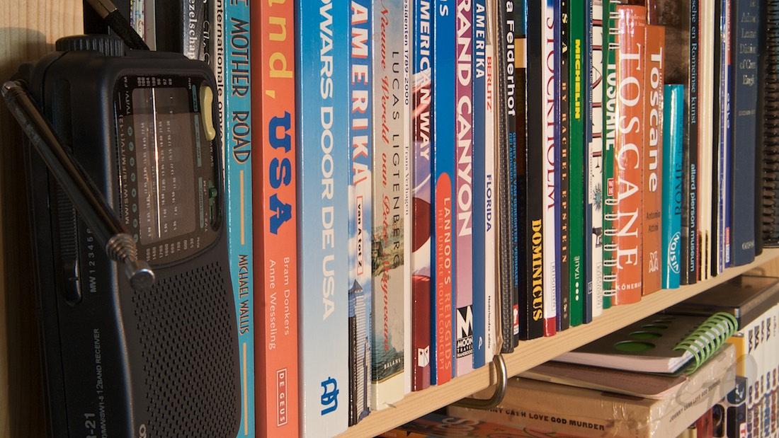 Man's cave met boekenkast