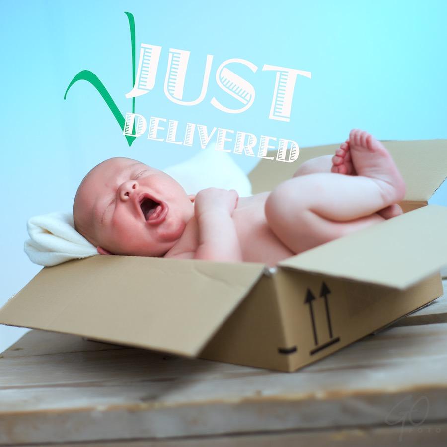 Pleidooi voor de herwaardering van vakfotografen. Baby in een kartonnen doos.