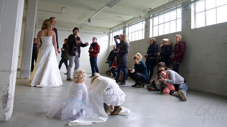 Pleidooi voor de herwaardering van vakfotografen. Bruidspaar met dozijn fotografen.