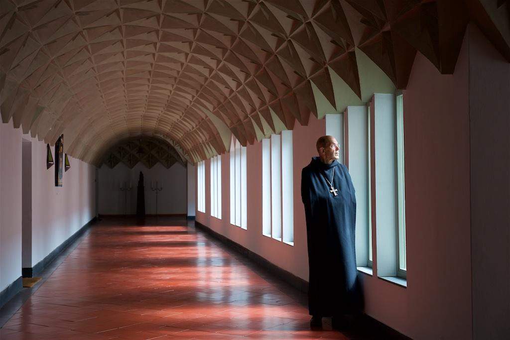 Abt Ad Lenglet in oude kloostergang Vaals-Lemiers - Een interview dat een gesprek werd