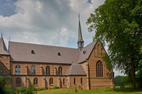 Foto van een klooster cover bij smartphone blog