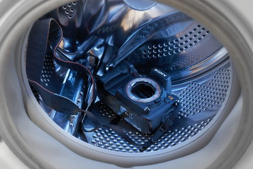 Extra liefde en aandacht voor de body. Foto van Sonycamera in de wasmachine.