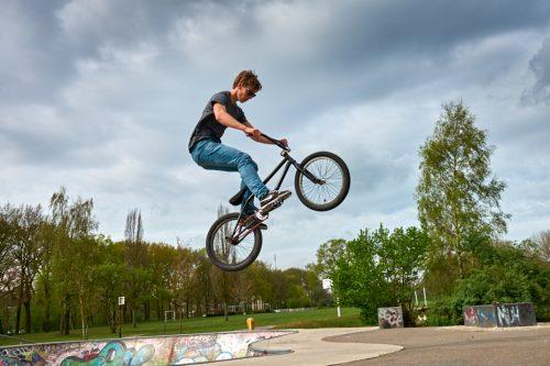 Jongen op skatebaan met fiets - foto bij het blog Jonas en de pornoster