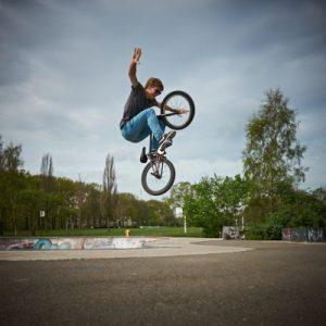 Foto van jongen op een skatebaan met een fiets - bij het blog Jonas en de pornoster - small